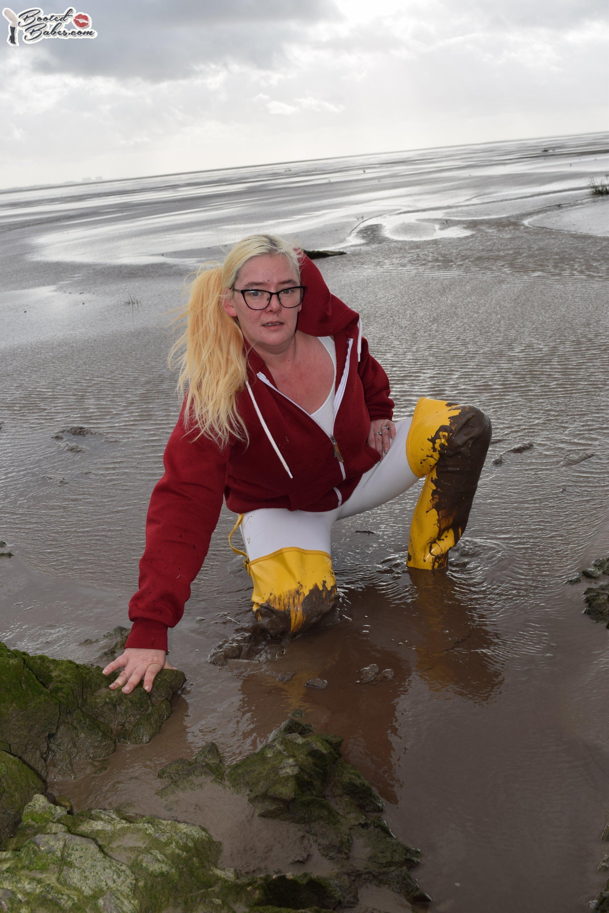 Рыбачки и просто девушки в болотниках. Ely--yellow-osten-waders-and-jodphurs-in_1