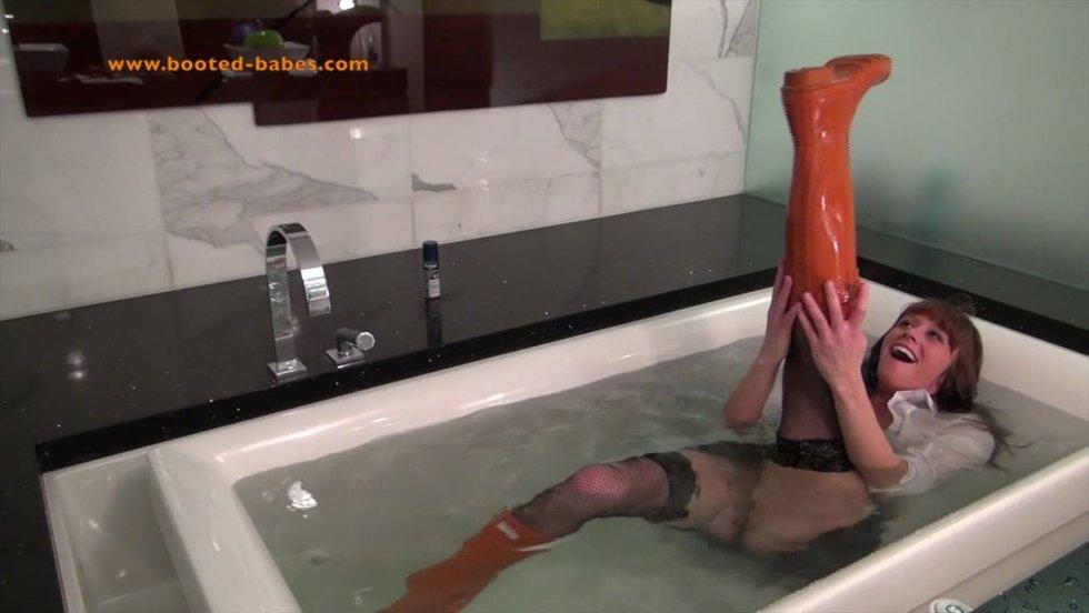 Купание и плаванье в сапогах. - Страница 2 Jayce--booted-bath-time_3